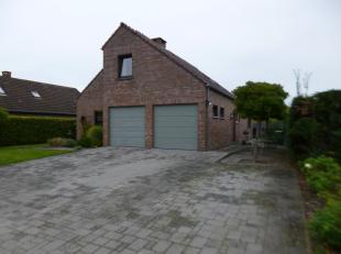 Deze tijdloze woning is gelegen nabij het centrum van Herent en heeft een vlotte verbinding naar de E-314 en E-40. De woning dateert van 1985, is inst