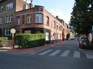 Goed gelegen opbrengsteigendom bestaande uit 3 appartementen en 1 garage.<br /> Het gelijkvloersappartement is 80m² groot en heeft de ingang aan