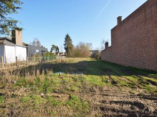 In optie/ in afwachting compromis/ bezoek mogelijk<br /> <br /> Zeer gunstig en residentieel gelegen perceel bouwgrond voor hob van 947 m² nabij