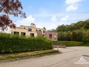 Prachtig gelegen, recente urban villa met tuin op zuidwesten. Netto bewoonbare oppervlakte van 195m². Deze instapklare woning beschikt over 3 gro