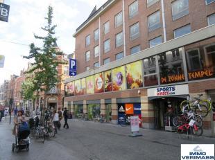 SUPER LOCATIE! Aantrekkelijke en uiterst commercieel gelegen handels- of kantoorruimte gelegen in hartje Leuven in de Diestsestraat met een totaal opp