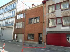 Ideaal gelegen instapklare woning met 3 slaapkamers en terras: Indeling: inkomhal, ruime living met open volledig ingerichte keuken en badkamer met li