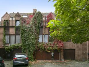 Uiterst rustig gelegen bel-etage woning met terras en tuin. Indeling: gelijkvloers: garage, inkomhal, vestiaire, toilet en grote kamer / bureau achter