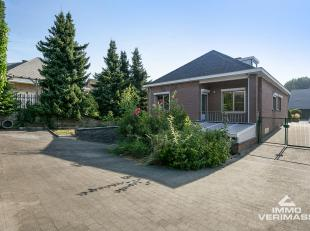 Uitstekend gelegen nabij scholen, winkels, openbaar vervoer en met zeer goede verbinding E40.<br /> Ruime woning met 3 slaapkamers en garage. Indeling