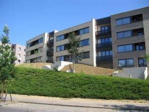 Prachtig, luxueus afgewerkt gelijkvloers appartement met 2 slaapkamers, tuin en staanplaats te centrum Leuven! <br /> Bestaande uit inkomhal met ingeb