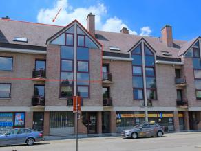 Dit uitstekend gelegen duplex-appartement van 165 m2, gelegen in een doodlopende straat (en grote parking voor de deur) omvat een inkomhal met afzonde