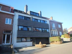 Recent en ruim 2 slaapkamer appartement met groot zonneterras 12 m² in klein gebouw ! Indeling met inkomhal, grote open leefruimte, volledig ing
