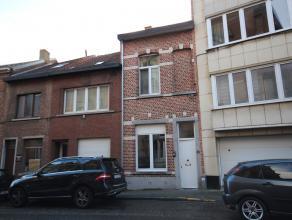 Gerenoveerde opbrengsteigendom met 3 vergunde woongelegenheden bestaande uit een gelijkvloers appartement (44m²) met 1 slaapkamer met terras en k