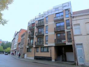 Deze instapklare studio, gelegen op de 4de verdieping, aan de achterzijde van het gebouw (=rust) omvat :<br /> <br /> een mooie leefruimte met kitchen