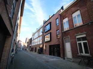 Moderne, mooi afgewerkte studio van 30 m², op de gelijkvloerse verdieping van een nieuwbouw gelegen in het centrum van Leuven!<br /> De studio he