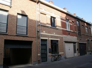 Rustig gelegen rijwoning in het centrum van Leuven  op wandelafstand van treinstation,  bushalte, winkels, supermarkten.... Bevat : living met open ke