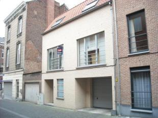 Recente 2 slaapkamer-duplex te Leuven centrum: <br /> <br /> Modern en ruim duplex-appartement met compleet geïnstalleerde keuken uitgevend op ru