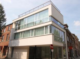 Prachtige eengezinswoning met dakterras te huur !<br /> <br /> Bureau vindt u bij het binnenkomen van de woning. Deze biedt zeer veel ruimte, naast de