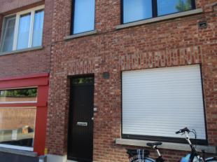 Een grote, charmante en gemeubelde woning gelegen in Leuven. Deze woning bestaat uit een ruime en volledig uitgeruste keuken, een grote woonkamer met