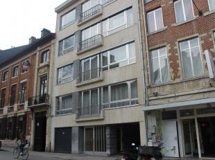 In het stadscentrum gelegen appartement met 3 slaapkamers (parket), ruime living (parket) in L-vorm, badkamer, kelder en garagebox. Plafondhoogte van