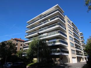 Ruim appartement (± 100 m²) gelegen op het zesde verdiep met 2 slaapkamers en garage (nr. 19).<br /> Het appartement heeft veel lichtinval