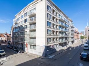Centraal gelegen appartement(130m²) met een ruime inkomhal met een veiligheidsdeur, 3 ruime slaapkamers, 2 recente badkamers, een ruime en lichtv