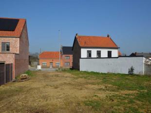 Mooi stuk bouwgrond (5a66ca) voor een half-open bebouwing. Bouwvoorschriften: bouwbreedte van 7m, bouwdiepte van maximum 15m op het gelijkvloers en 12
