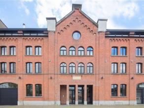 Deze stijlvolle polyvalente loft van 198m² is gelegen op een absolute toplocatie op het Eilandje en werd recent hoogwaardig gerenoveerd. Het maak