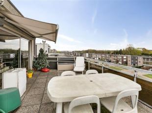 Bent u een stadsmens die niet zonder een portie buitenlucht kan? Bij dit dakappartement op de 4de verdieping hoort een zuidterras van 28 m² met e