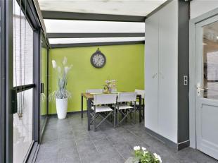 Deze gezellige woning heeft 4 ruime slaapkamers, een droge kelder, een veranda en een leuke zonnige tuin. Via de inkom komt u bij de woonkamer met gas