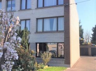 Zoekt u een gunstig gelegen gelijkvloers appartement met een buitenruimte? Dan is deze thuis zeker iets voor u! Het appartement bevindt zich in een aa