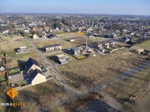 Betaalbare bouwgrond voor half open bebouwing op een perceel van 4a64ca, gericht op het zuid-oosten.  Gelegen in een zeer kindvriendelijke verkaveling
