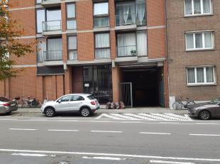 Gelijkvloerse garage voor 1 wagen met centrale elektrische poort met afstandbediening. Gelegen vlakbij Sint-Jacobsplein, Gasthuissberg, Tervuursestraa