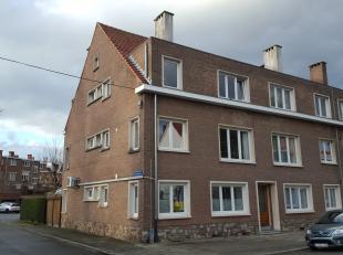 Mooi gerenoveerd gelijkvloers appartement met terras en tuin. Omschrijving: gelijkvloers: inkomhal, living, keuken met eethoek (kookplaat, dampkap, ov