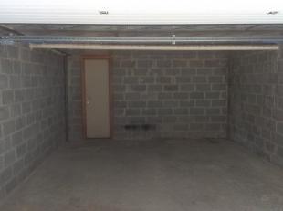 Ruime garage van 4 meter breed op 6,5 meter diep met sectionale poort en gelegen in een achterin gelegen gebouw uit het zicht van de straat. Onmiddell