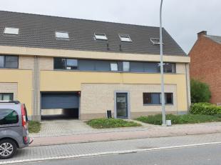 Verzorgd en zeer volledig uitgerust duplex-appartement met ruim terras en gemeenschappelijke tuin in een klein gebouw. Omschrijving: ondergronds: gara