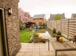Deze mooie half open bebouwing is rustig gelegen en toch vlak bij het centrum van Wommelgem.De woning omvat:op het gelijkvloers: inkomhal met gastento