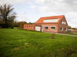Zeer landelijk en gezellige woning op een grond van 5050m²Op de gelijkvloers vinden we een leefruimte, grote keuken en berging. Verder zijn er tw