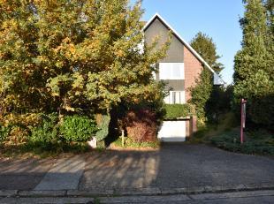 """Deze ruime gezinswoning (OB) op een met grond 10a 01ca is gelegen in Hasselt in de gekende residentiële wijk 'Henegauwberg"""".  De woning is van he"""