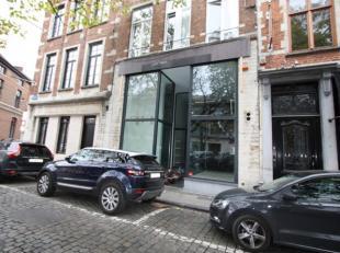 Modern handelsgelijkvloers  met mezzanine<br /> Hoge plafonds van 5 m. met zichtbaar houten balken in combinatie met witte wand afwerking en airco en