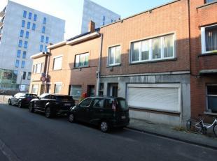 Opbrengstwoning met 2 appartementen en koer gelegen amper op 100 m. achter het station Leuven.<br /> Voor 1980 reeds  2 appartementen met 1 slaapkamer