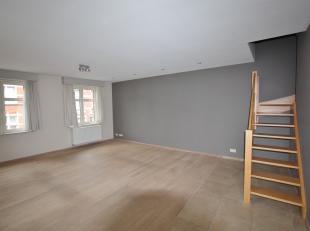 Duplexappartement te huur, gelegen aan het station van Leuven, op wandelafstand van alle winkelstraten en centrum. De duplex omvat een inkomhal met ap