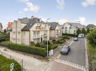 Residentieel duplex appartement, gelegen in een zeer rustige wijk, op 200m van het strand en op 400m van winkels. Het appartement werd recent vernieuw