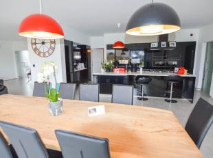 Startprijs 450.000 euro, SNELLE BESLISSERS! Deze prachtige vrijstaande woning ligt vlakbij de winkels. Het E-peil van deze woning is zeer laag (E62) a