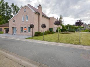 Deze volledig vernieuwde statige villa is gelegen in een rustige straat te Hillegem. Ingedeeld met een ruime inkomhal, gastentoilet, bureel/slaapkamer