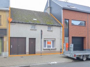 Te renoveren eengezinswoning vlakbij de markt van Sint-Lievens-Houtem. Dichtbij gelegen winkels, scholen en openbaar vervoer. De woning is ingedeeld m