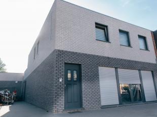 Recent gebouw met woonst (85 m²) en handels- of praktijkruimte (120 m²) en 3 klanten parkeerplaatsen en inrit. Zeer gunstig gelegen in het c