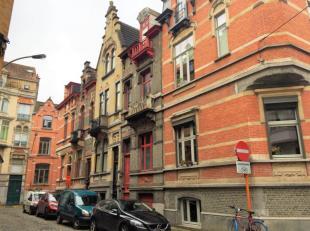 Deze sublieme burgerwoning met eclectische gevel werd rond 1900 naar aanleiding van de toenmalige wereldtentoonstelling gebouwd door de vermaarde Gent