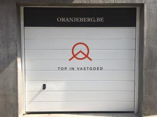 Garagebox te koop in ondergrondse parking met in-en uitrit op Coupure rechts. Vlotte bereikbaarheid naar stadsring, E40,E17. Onmiddellijk beschikbaar.
