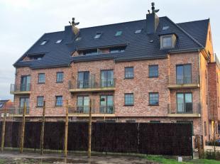 Rustig gelegen en nieuwbouw duplex-appartement met terras. Het omvat een leefruimte, ingerichte keuken, bureel, mooie badkamer en 2 slaapkamers. Het b