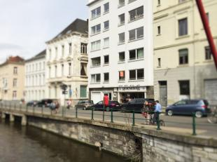 Prachtig gerenoveerd één-slaapkamer-appartement op de eerste verdieping, met kelder op absolute topligging in het centrum van Gent. Alle