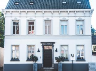 Deze woning is het resultaat van een prachtig samenspel tussen een renovatie met behoud van authentieke elementen enerzijds en een strak nieuwbouwgede