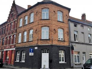 Schitterend woonhuis gelegen in aangename buurt met veel beroepsactiviteit in de onmiddellijke nabijheid. Degelijk gerenoveerd hoekpand met zeer veel