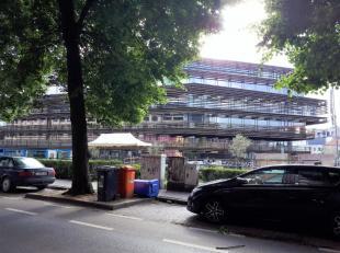 Dit appartement is gelegen op de 3e verdieping en bevindt zich achter shoppingcenter Gent Zuid. Uiterst gunstige ligging door onmiddellijke nabijheid
