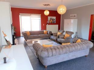 Dit ruime appartement werd in 2011 compleet gerenoveerd. Het bestaat uit een inkomhal met bergruimte op het gelijkvloers, 1e verdiep: keuken, living (